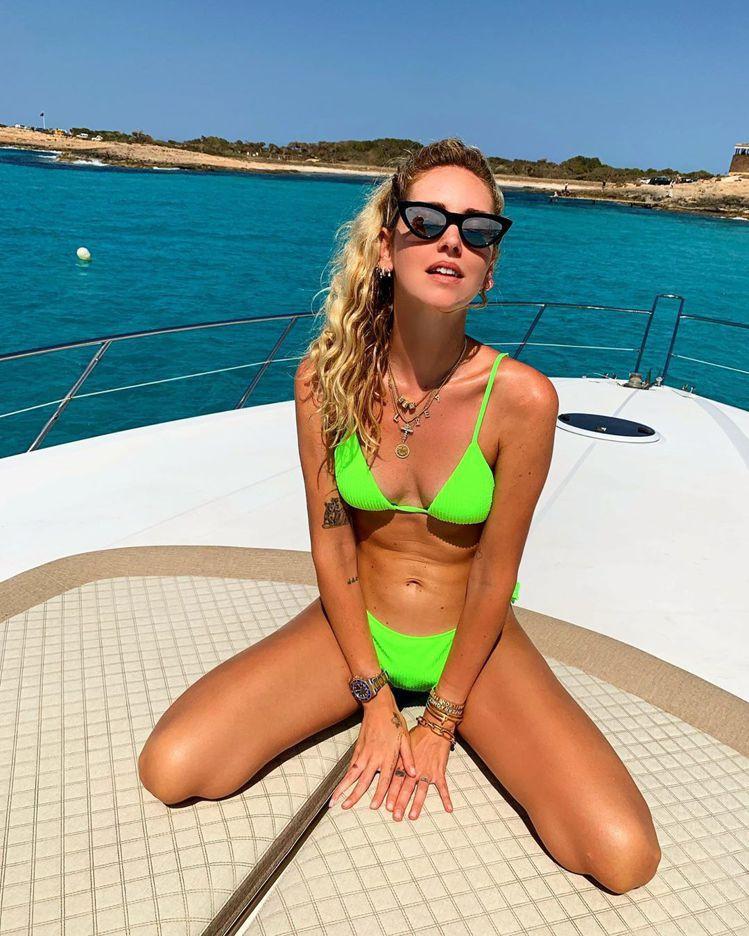 Chiara Ferragni穿義大利平價品牌Calzedonia的螢光綠比基尼...