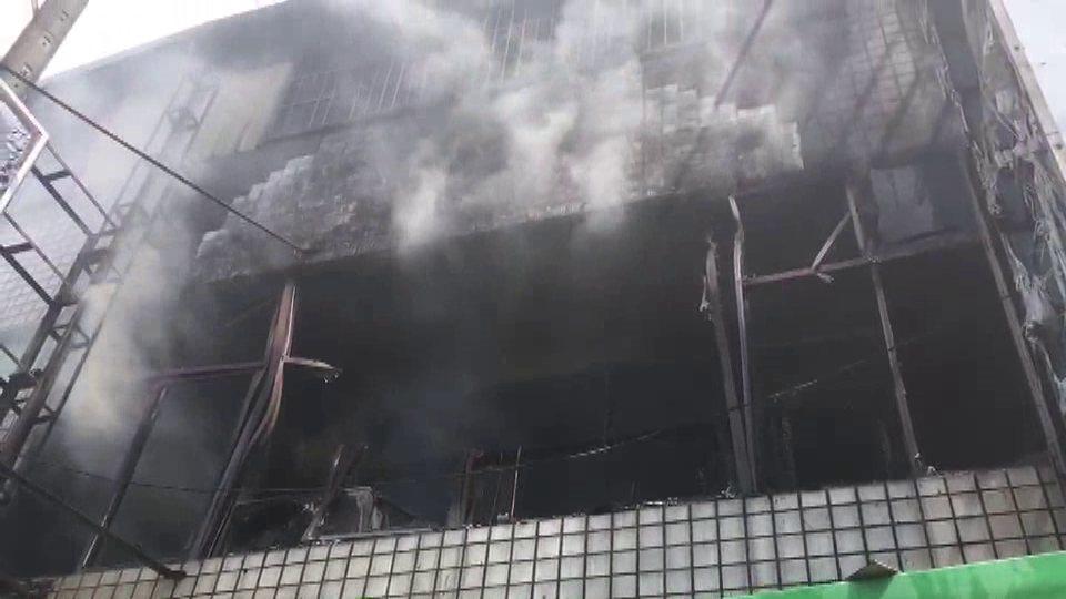 苗栗縣頭份市中華路一間自助餐店2樓今天下午1點多發生火災,冒出陣陣濃煙。圖/溫文...