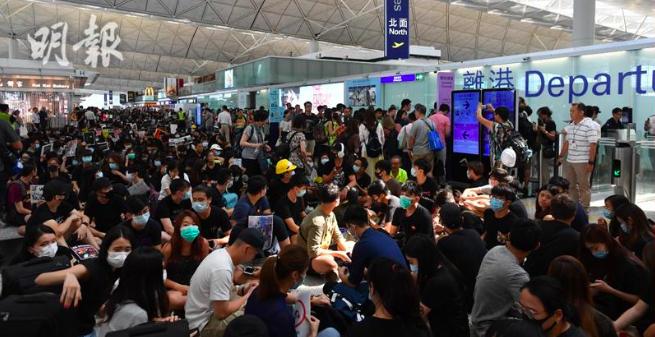 十二、十三兩日,許多香港民眾到香港機場舉行返送中集會,網傳機場有內鬼,和集會民眾...