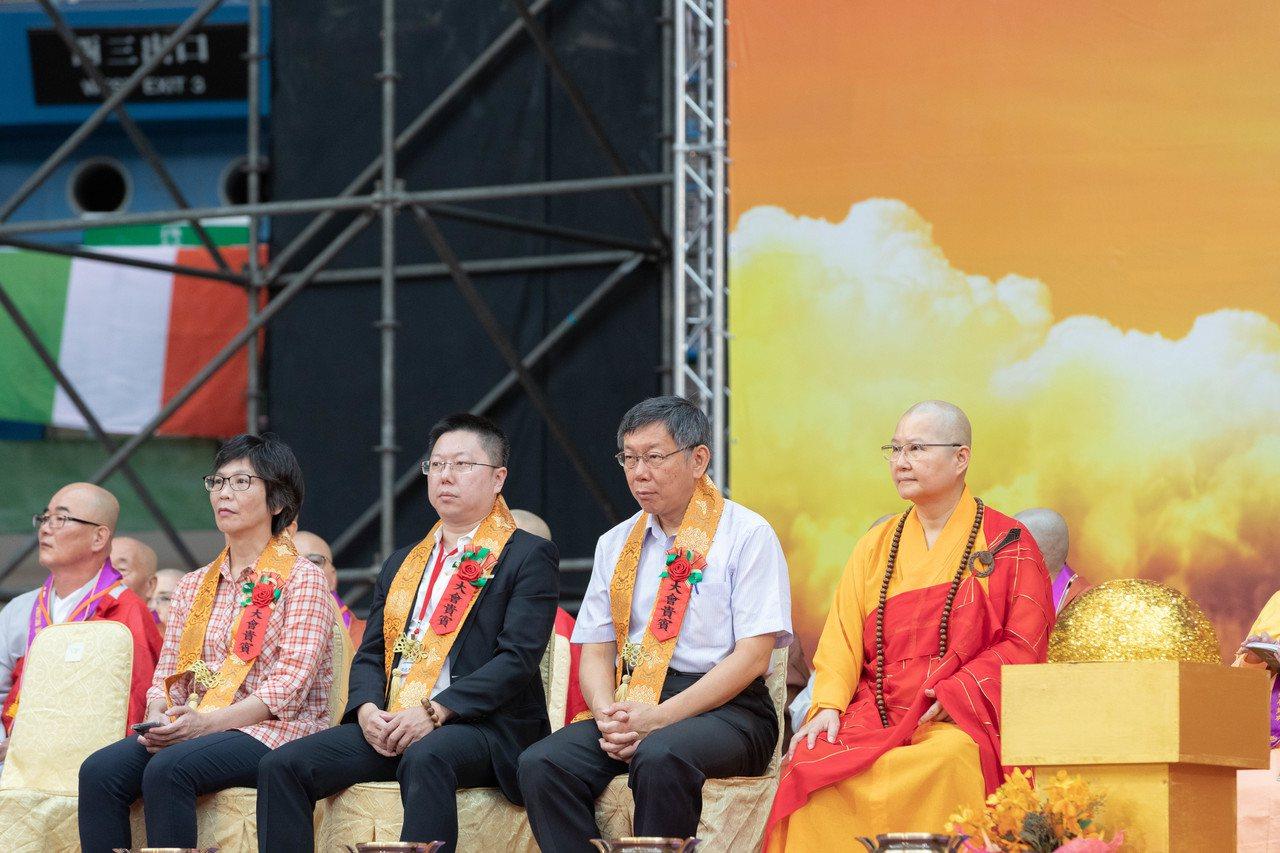 柯文哲到桃園參加供佛齋僧大會,維束後接受媒體訪問談兩岸關係。圖/柯粉俱樂部提供