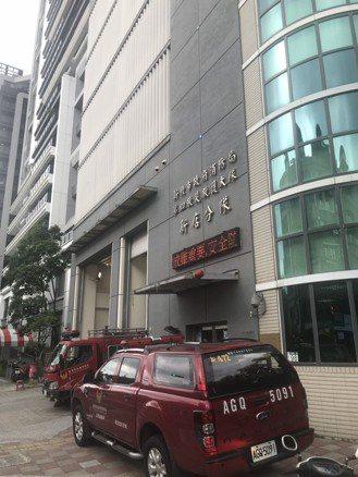 林男子疑因昨晚飲酒過量,今早被發現陳屍新北消防局第四救災救護大隊隊部大樓的7樓義...