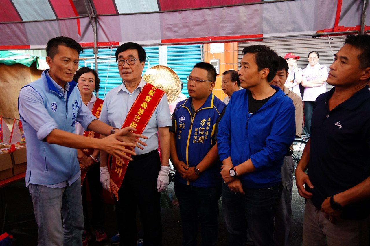李四川(左二)聽市議員宋立彬(左一)等人講解。記者林伯驊/攝影