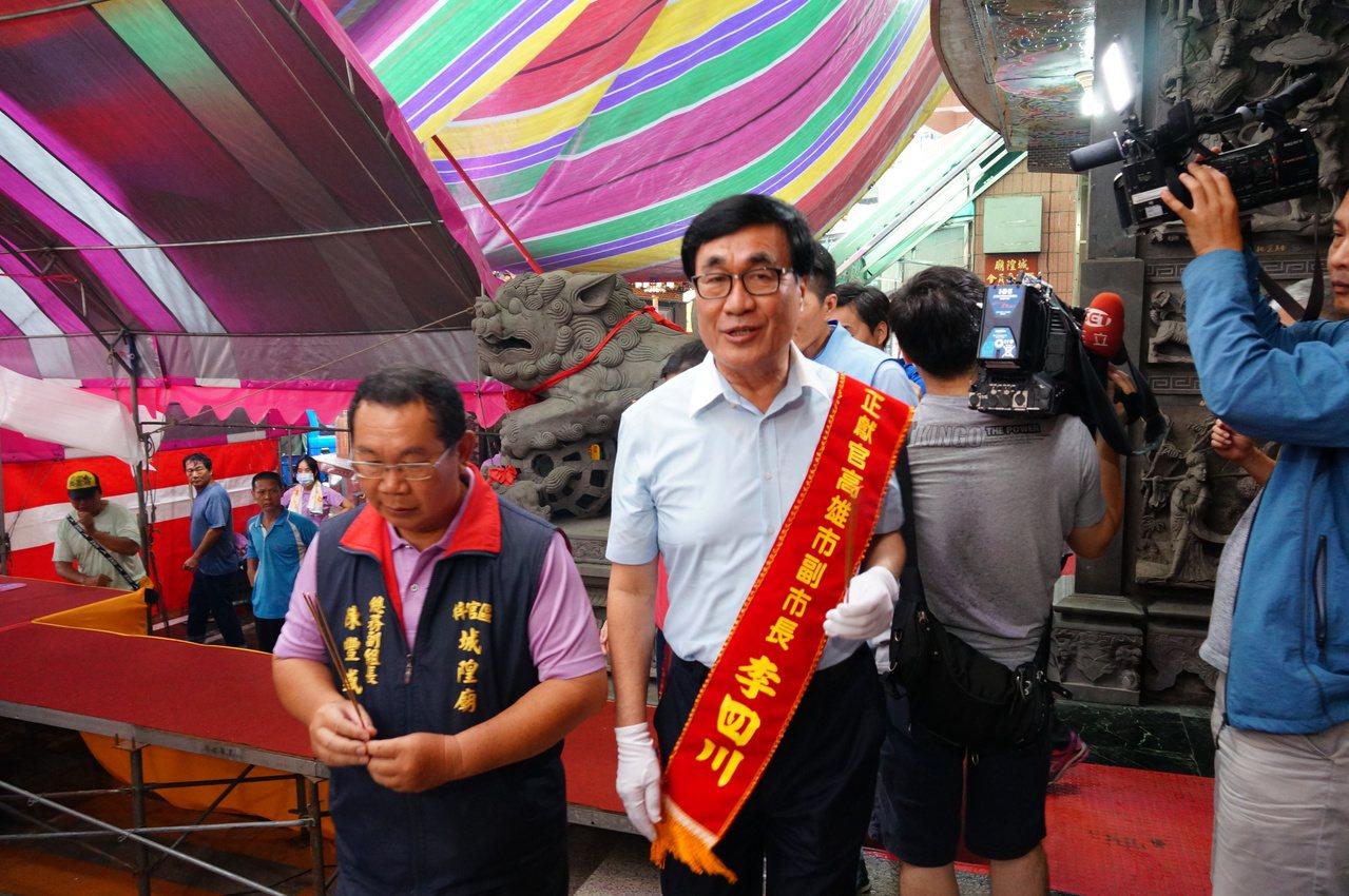 高雄副市長李四川(左二)今天下午出席梓官城隍廟普度。記者林伯驊/攝影