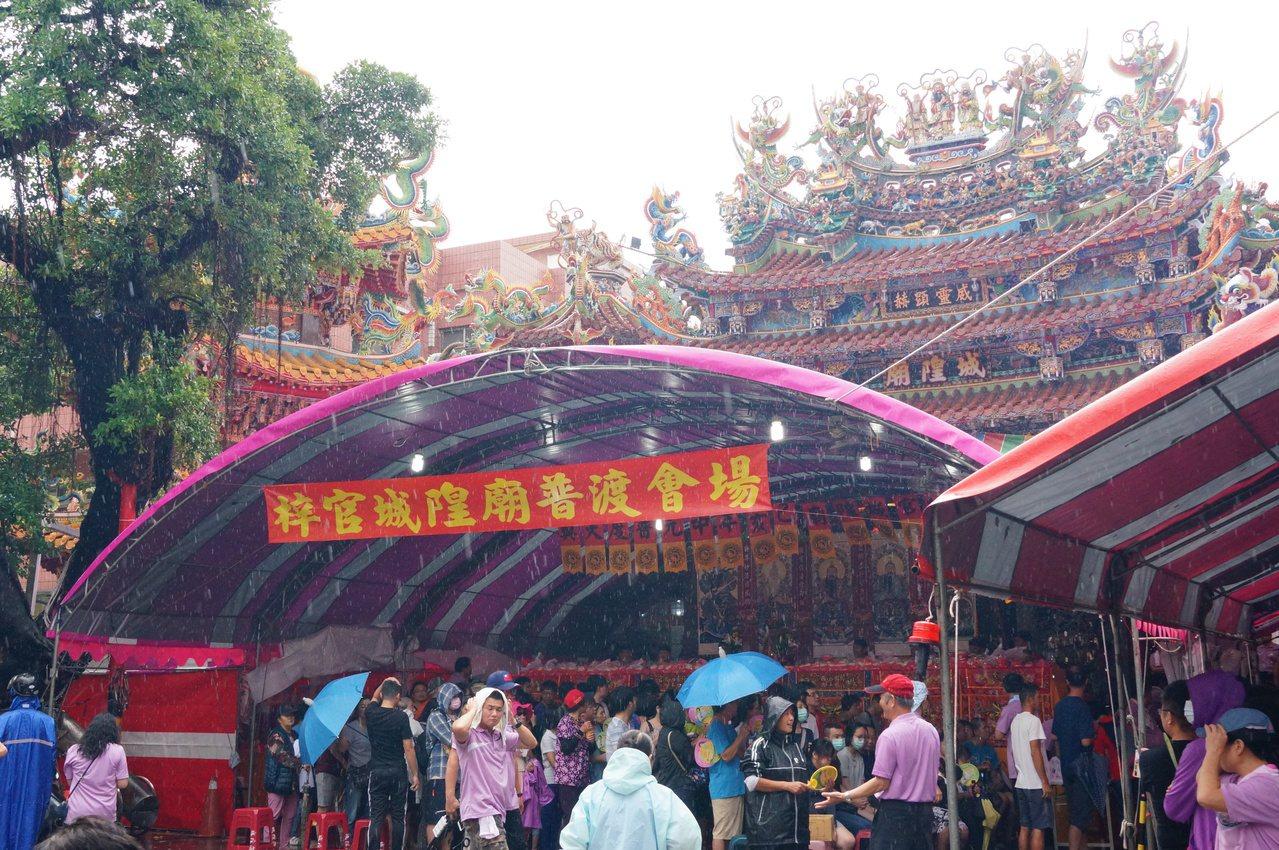 梓官城隍廟今天舉行普度,下雨仍吸引大批民眾參加。記者林伯驊/攝影
