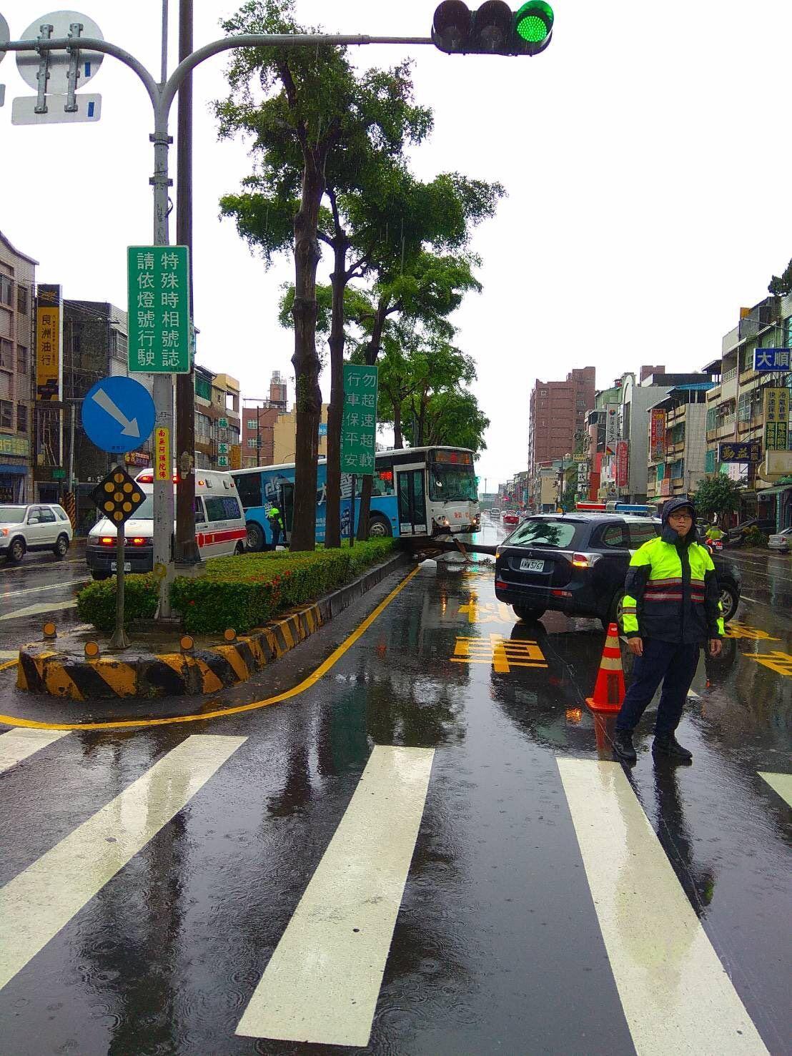 受西南風影響,高雄今下起大雨,疑似因視線不良,一輛公車撞向安全島,造成車上一名印...