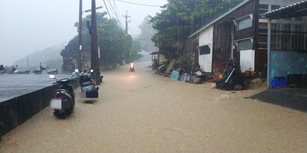 大量雨水夾帶黃土泥沙,造成小琉球和平路上出現積水。圖/翻攝自臉書《小琉球聯盟》
