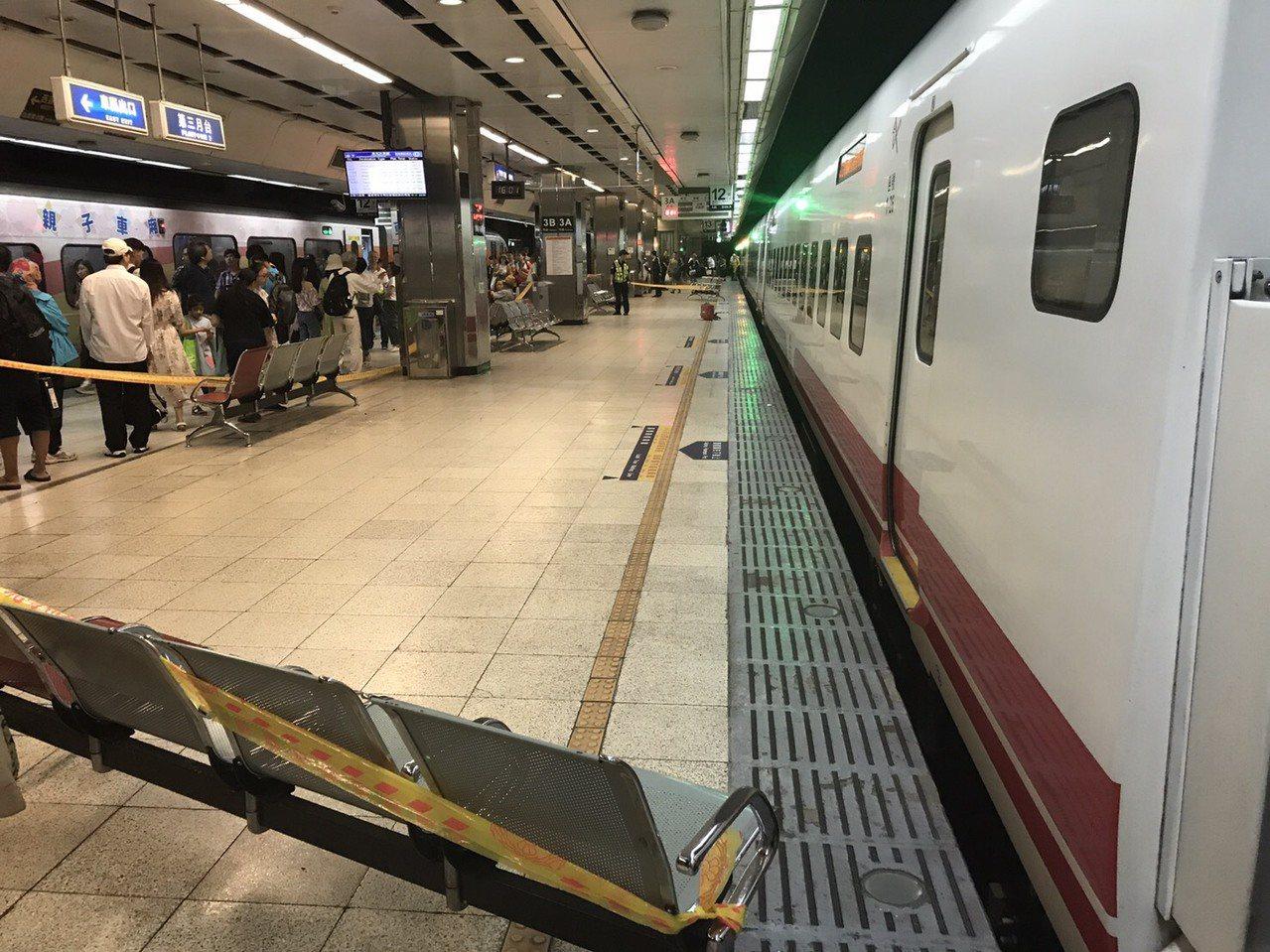一名年約30歲的陳姓男子因不明原因墜落鐵軌,遭到台鐵273次普悠瑪自強號撞擊,當...