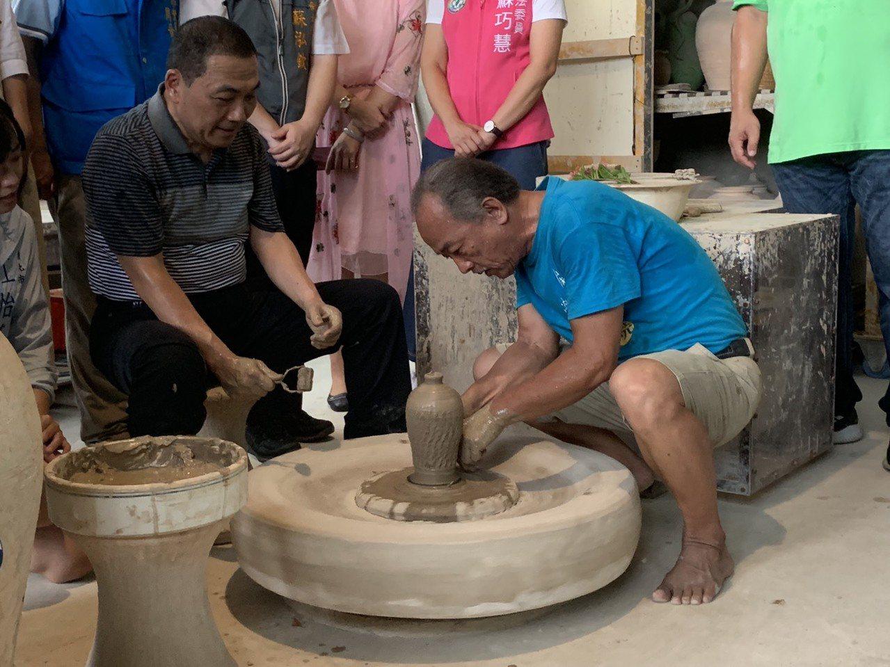 侯友宜今天到陶博館向「台灣國腳」詹國祥學習「腳踢轆轤」絕技。記者張曼蘋/攝影