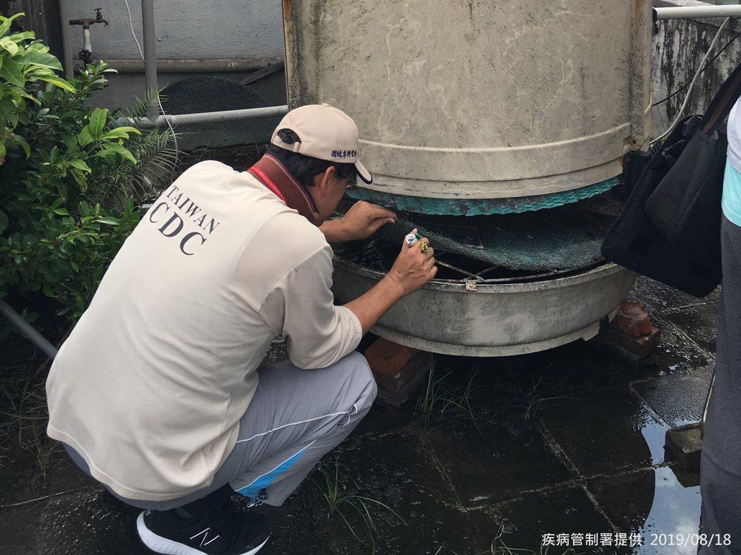 疾管署防疫人員,今日於台北市大安區查核病媒孳生源。圖/疾管署提供