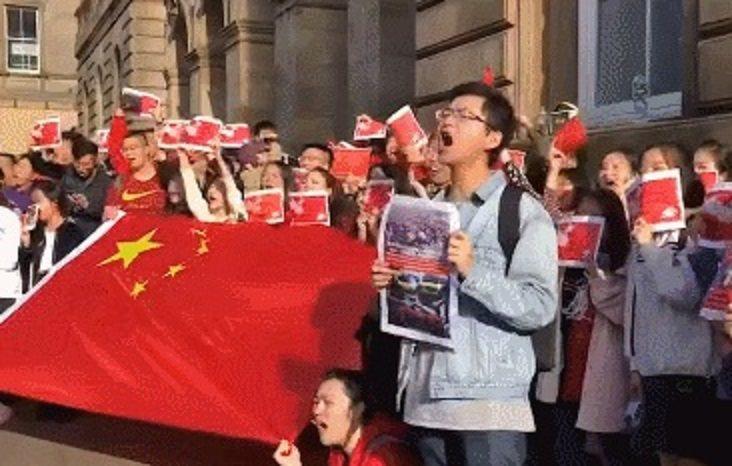 大陸留學生高唱起張信哲這首經典歌曲「過火」。圖/觀察者網