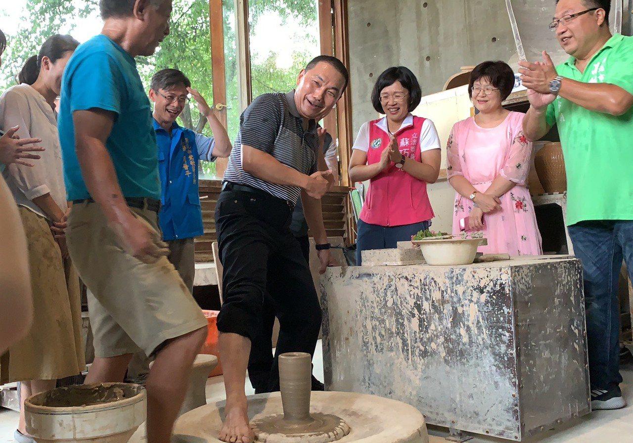 侯友宜今到陶博館向「台灣國腳」詹國祥學習「腳踢轆轤」絕技。記者張曼蘋/攝影