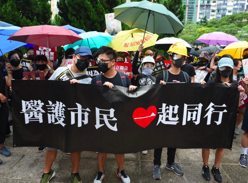 一批醫護人員參與集會稱,香港警方對市民無差別使用武器、對民居使用催淚彈等連串事件,已超越政治並「觸發人道危機」。(星島網)