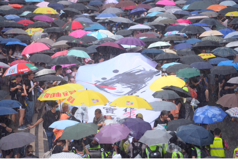 香港民陣下午在維多利亞公園舉行「流水式」反送中集會,標語寫著「煞停黑警亂港,落實...