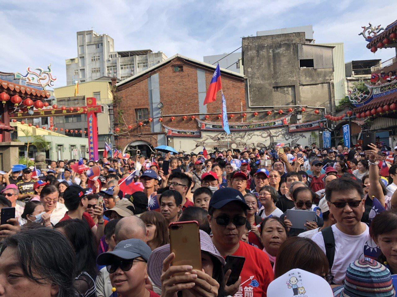 現場湧入大批的支持者,將關帝廟附近擠得水洩不通。記者王駿杰/攝影