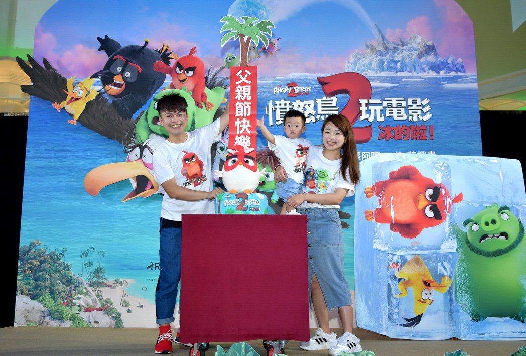 網紅蔡阿嘎(左起)、兒子「蔡桃貴」以及老婆「二伯」一同為動畫電影「憤怒鳥2」配音...
