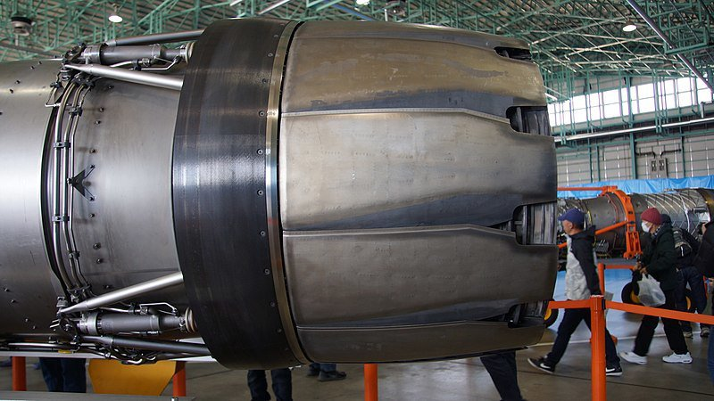 F110發動機的噴嘴較粗短,噴嘴葉片彎曲。圖/維基百科