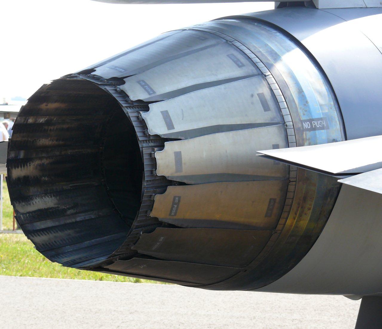 F100發動機的噴嘴較細長,噴嘴的葉片是直的。圖/維基百科