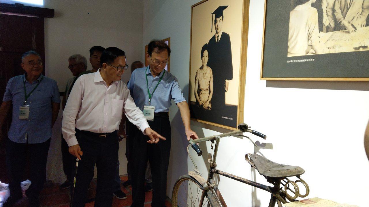 陳水扁看到一輛陳定南生前騎的腳踏車,覺得很好奇。 記者戴永華/攝影