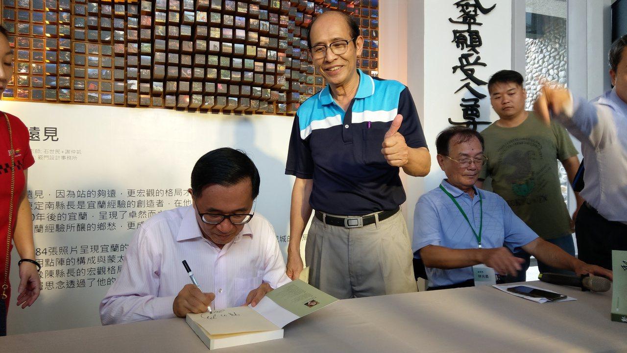 前總統陳水扁今天到陳定南紀念館舉辦新書簽名會,受到鄉親熱情歡迎,開心比讚。 記者...