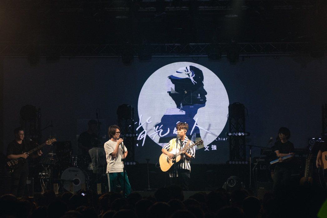 廖文強(右)邀來網紅HowHow合唱。圖/寬宏藝術、何樂音樂提供