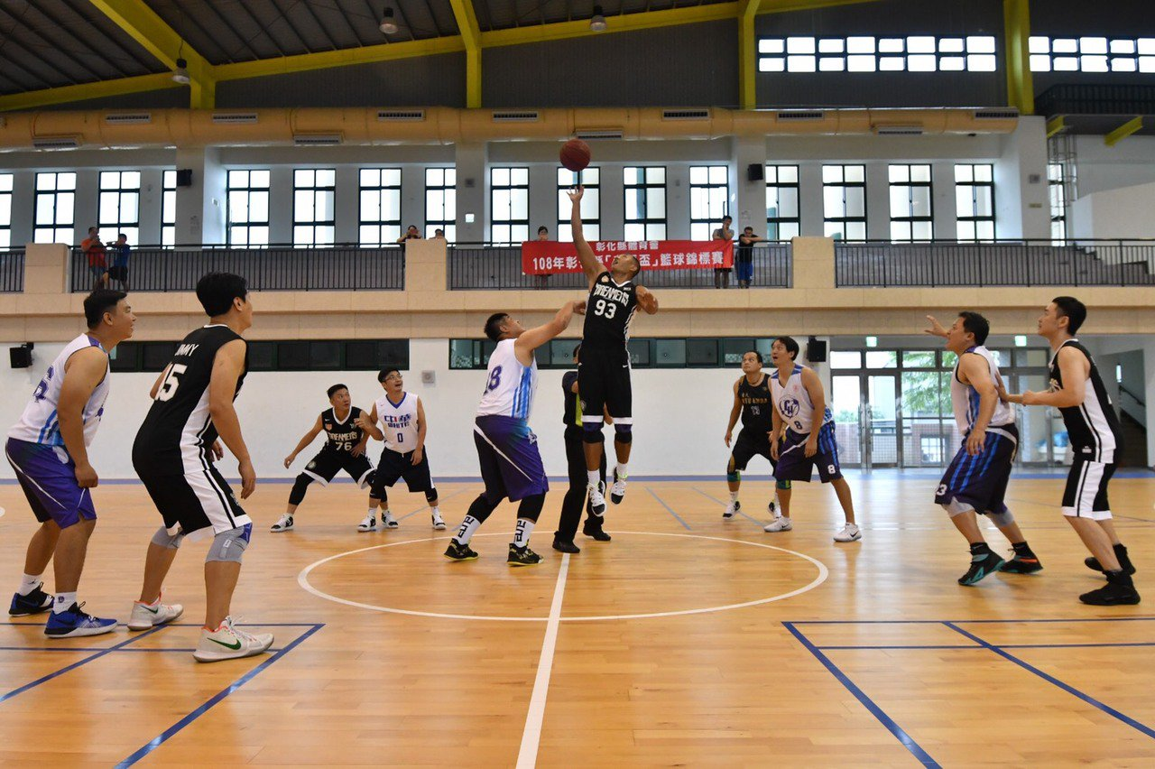 第一屆彰化縣議長盃老馬籃球邀請賽今天在溪湖鎮縣立成功高中籃球館登場。照片/主辦單...