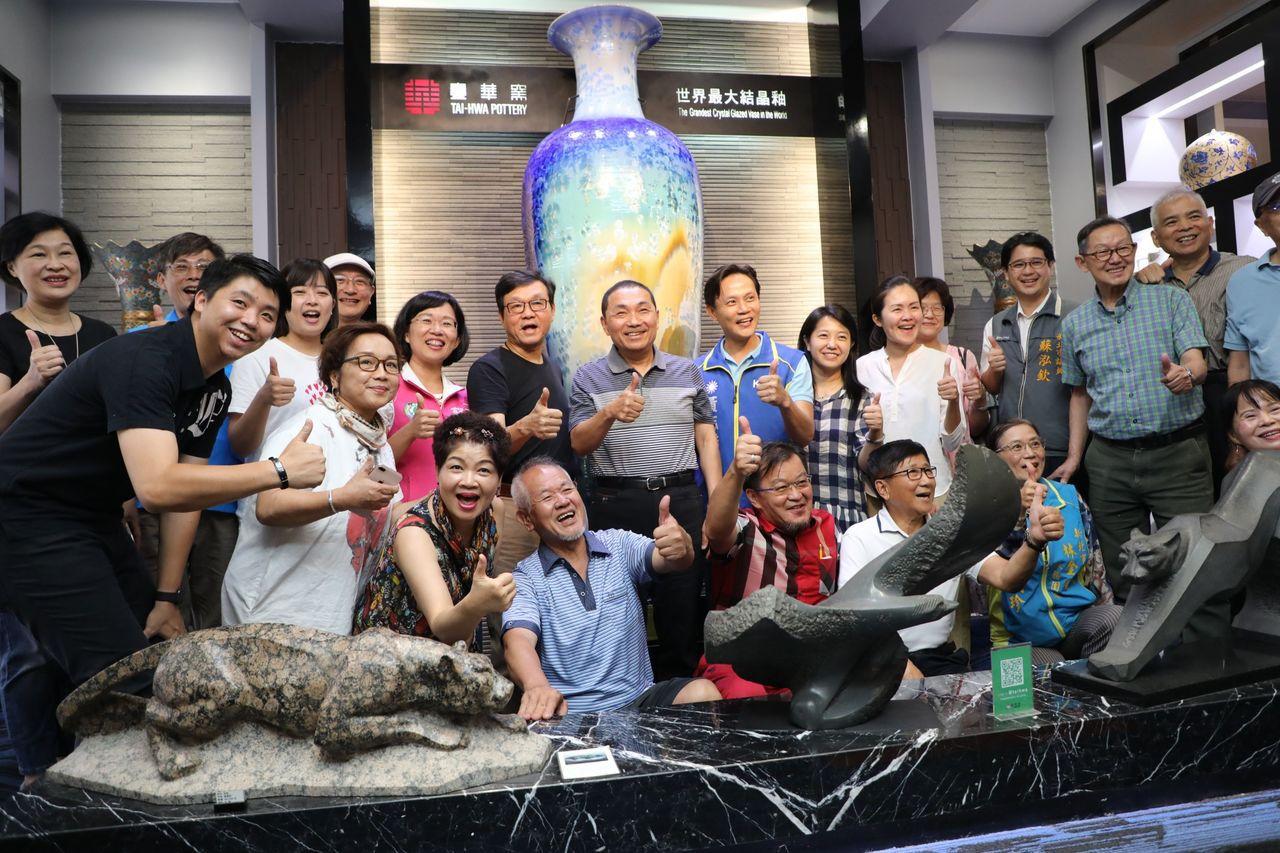 新北市長侯友宜今天走訪鶯歌,他到台華窯參訪,並與台華窯董事長呂兆炘、多名藝術家等...