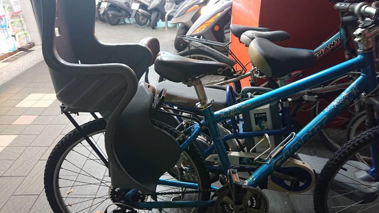 台灣單車後輪幾乎不會加裝隔板,連成人都容易受傷,籲爸媽購賣附護腿板安全座椅,把後...