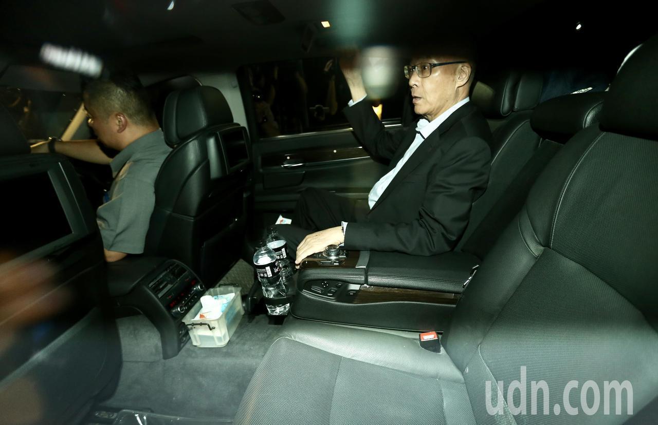國民黨主席吳敦義(圖)與高雄市長韓國瑜會面近一小時後,搭乘車輛離開國民黨中央黨部...