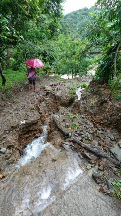 連日豪雨毀損林務局64林班地農路,台20線69.5公里處往甲仙方向的林區農路受損...