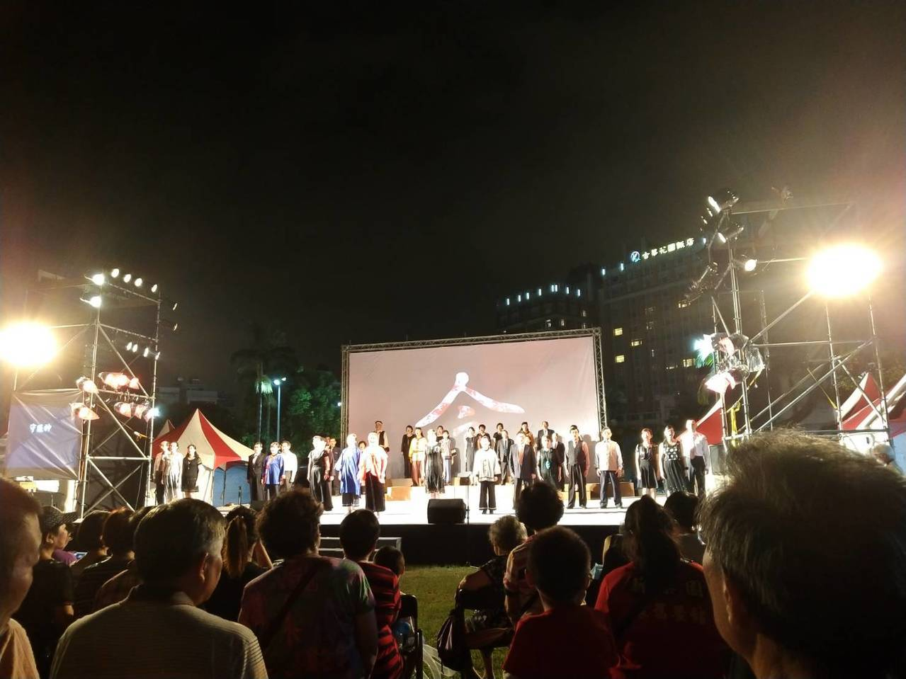 今年桃園客家義民祭,由台灣山歌團擔綱演出的義民禮讚客家歌舞劇盛大登場。圖/客家局...