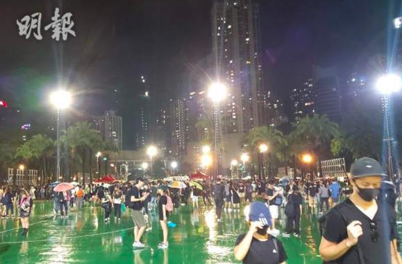 晚上八時半左右,香港維多利亞公園818集會,仍有兩個足球場多的人潮,並未散去。(明報網)