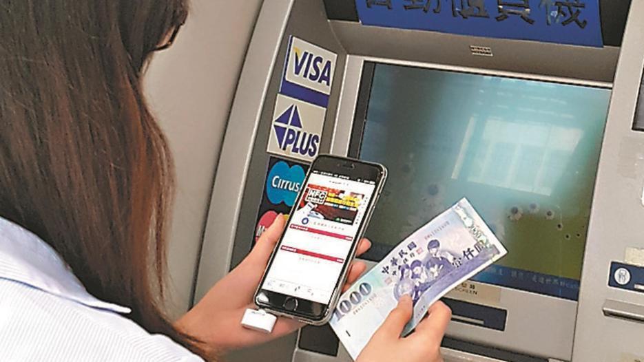 數位帳戶除了高利率外,多家銀行也用高現金回饋卡搶市。 報系資料照