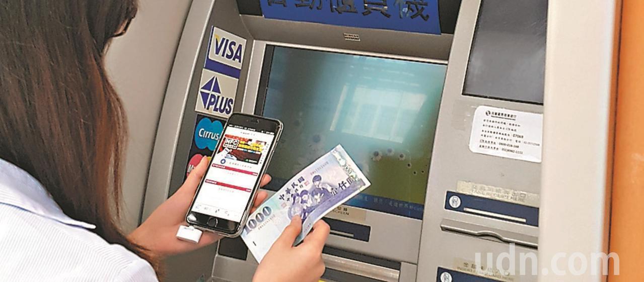 數位帳戶除了高利率外,多家銀行也用高現金回饋卡搶市。本報資料照片