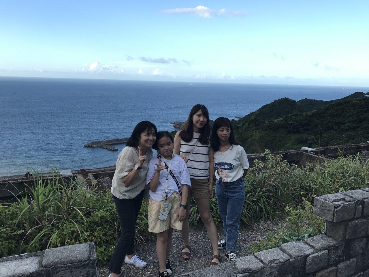 十三層遺址上方可以看陰陽海,成了許多遊客的賞景秘境。記者吳淑君/攝影