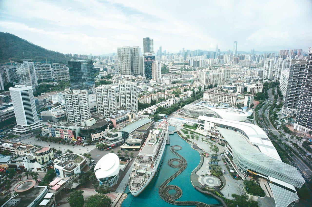 深圳被賦予建設「中國特色社會主義先行示範區」的新使命。圖為深圳蛇口海上世界。 (...