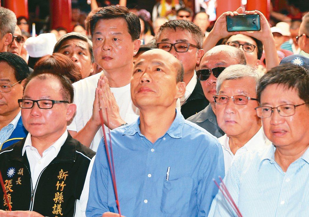 國民黨總統參選人韓國瑜(中)希望黨中央盡快整合,因為藍營分裂就輸定了,分裂必敗。...