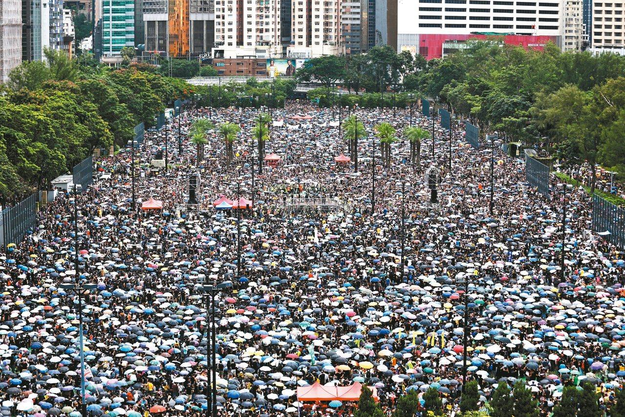 大批香港人十八日參加在維多利亞公園舉行的「止黑暴、制警亂」集會。 (歐新社)