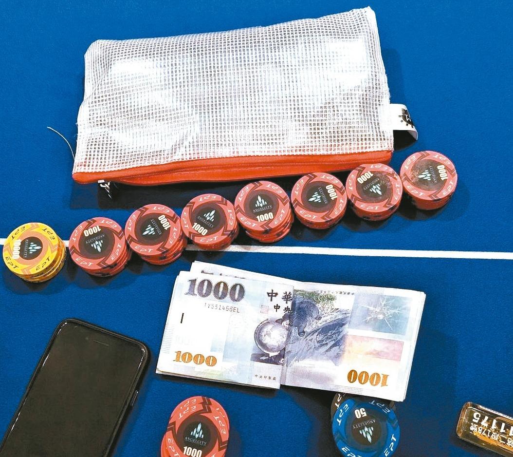 警方查扣的賭資和賭具。 記者黃宣翰/翻攝