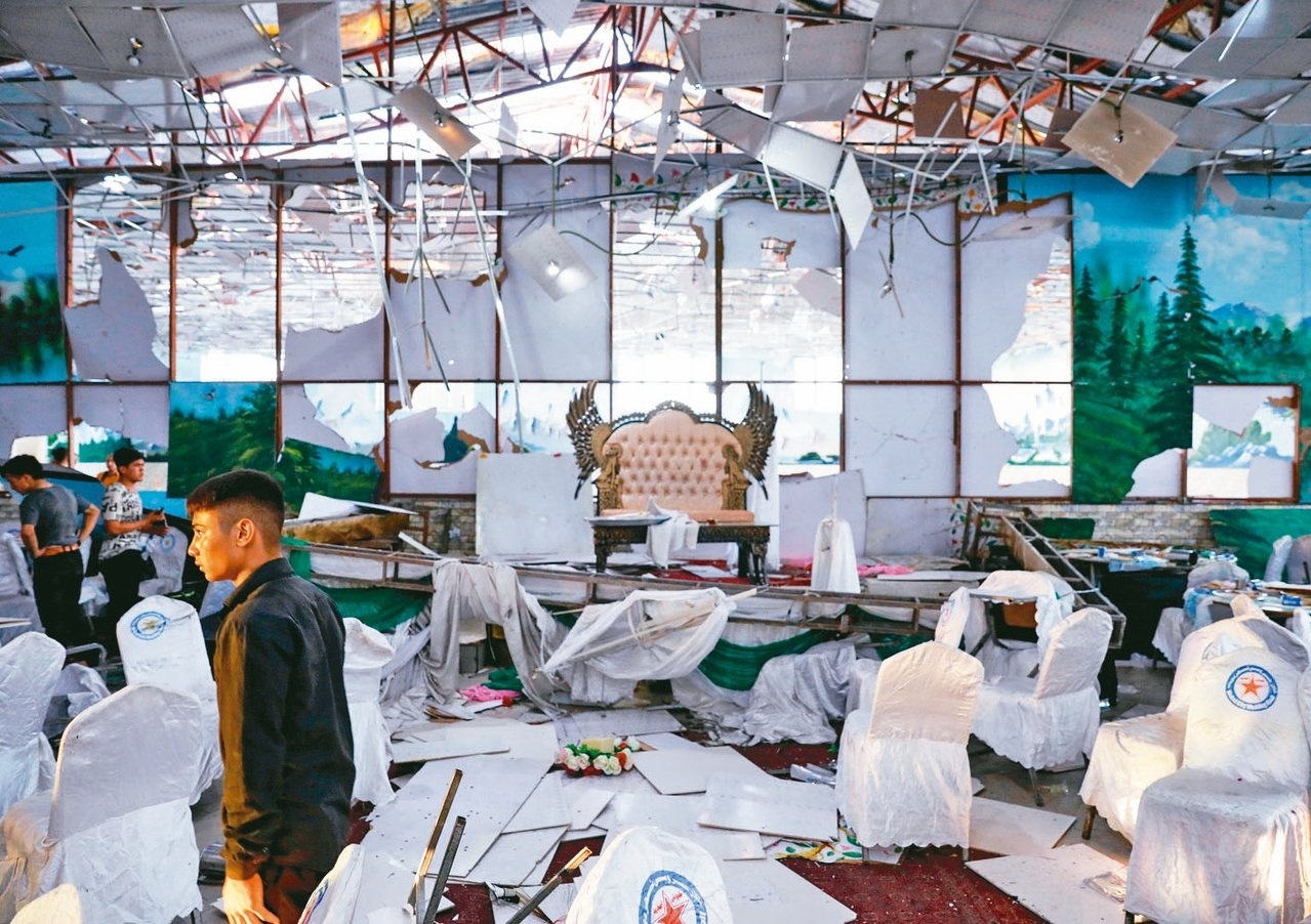 阿富汗喀布爾一處婚宴現場十七日遭自殺炸彈客攻擊,工作人員十八日到現場檢視。 (路...