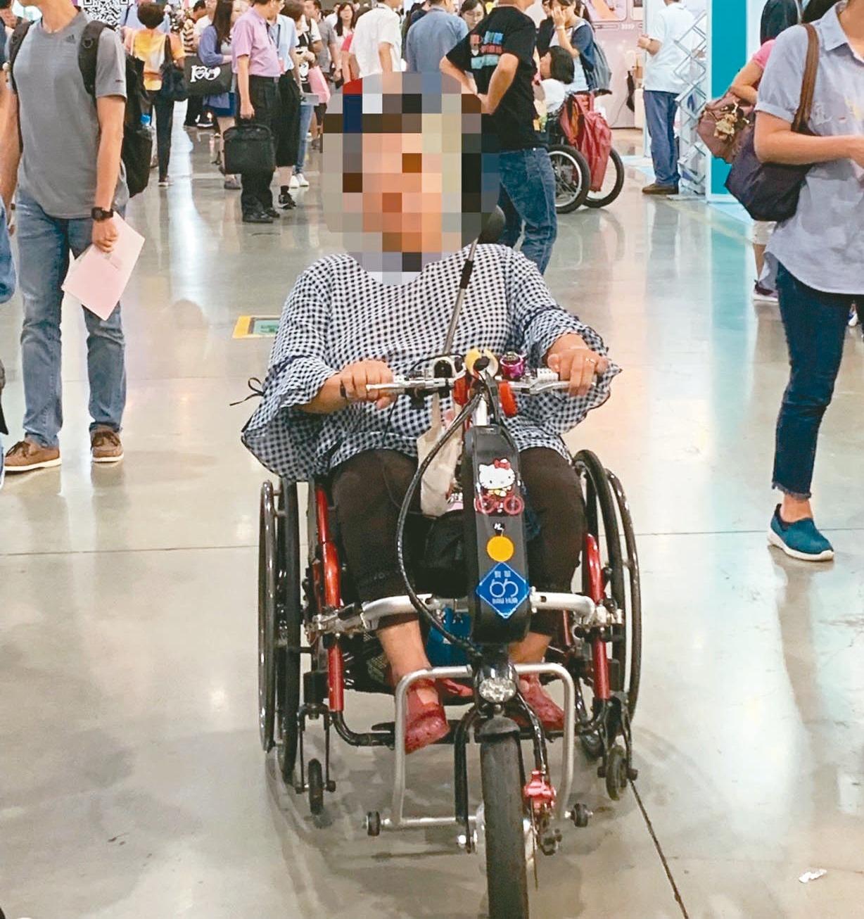 部分身障者選購手推輪椅,但加裝電動車頭,安全性堪慮。 記者陳雨鑫/攝影