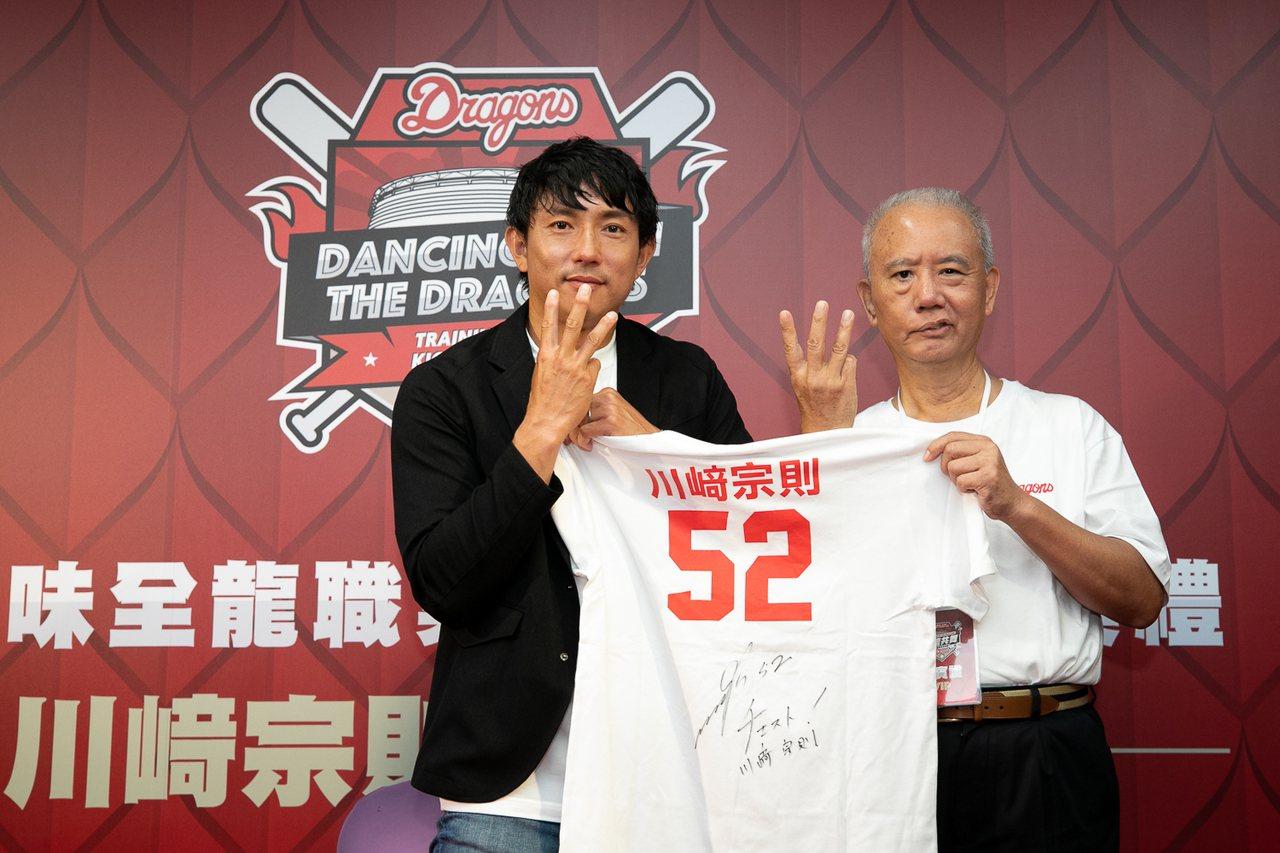 川崎宗則(左)和頂新集團三董魏應充出席早餐會球迷活動。 圖/味全龍提供
