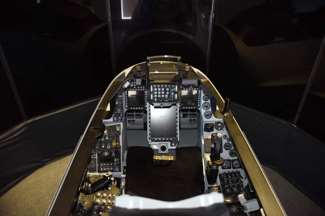 F-16V(Block70/72)改良後的駕駛艙,裝有三具大型螢幕。圖/「軍情與...
