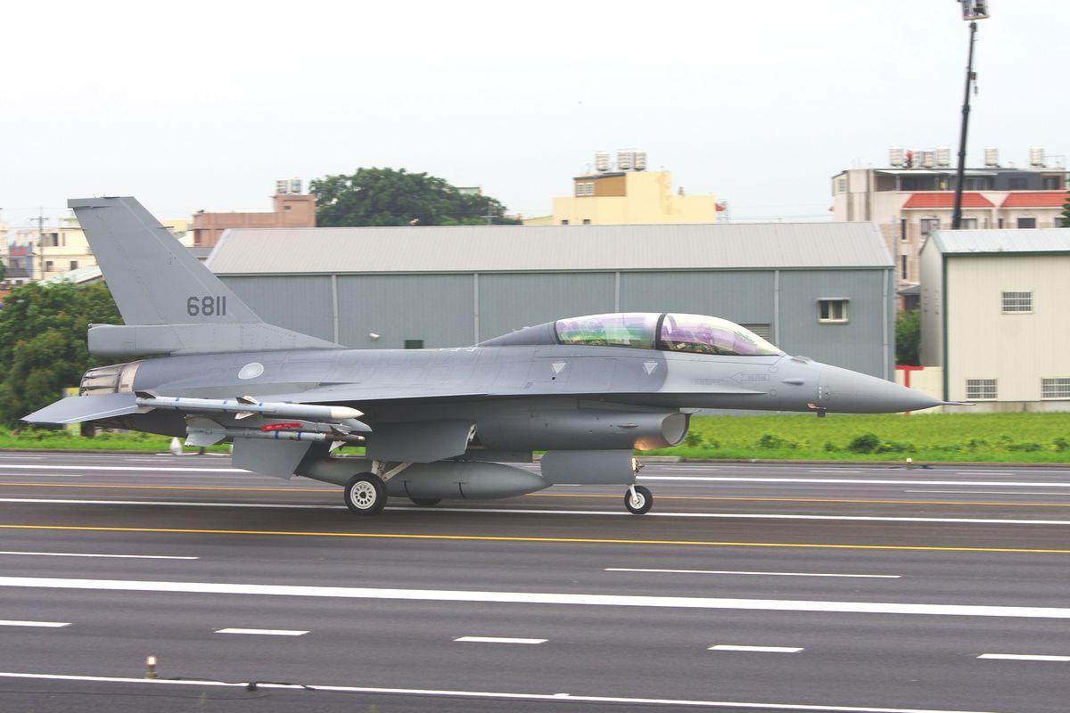 今年5月漢光演習期間,降落在中山高彰化路段的6811號F-16B,已經完成F-1...
