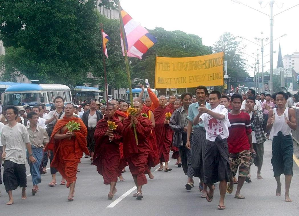 緬甸僧侶2007年9月和民眾一同在仰光街頭示威。 (歐新社)