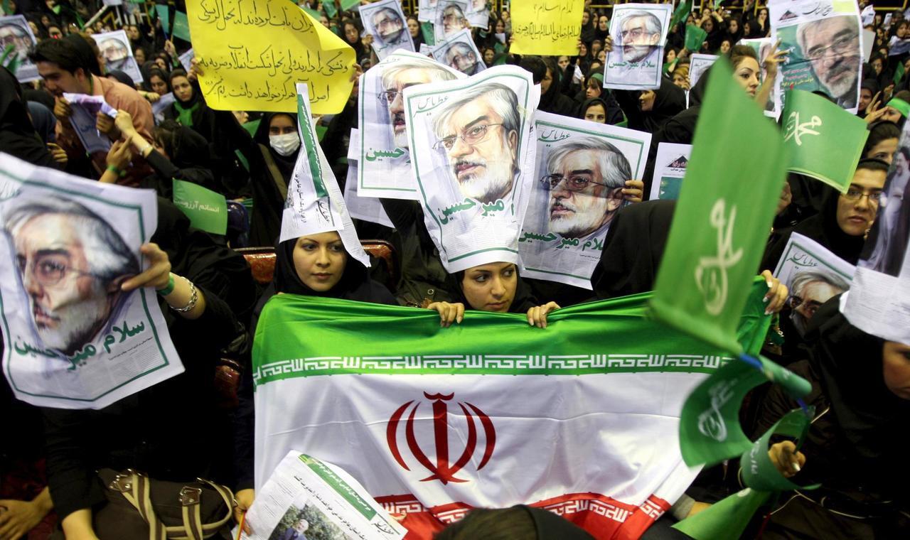 2009年伊朗爆發大規模抗爭,支持反對派總統候選人穆薩維的民眾,穿戴綠色服裝抗議...
