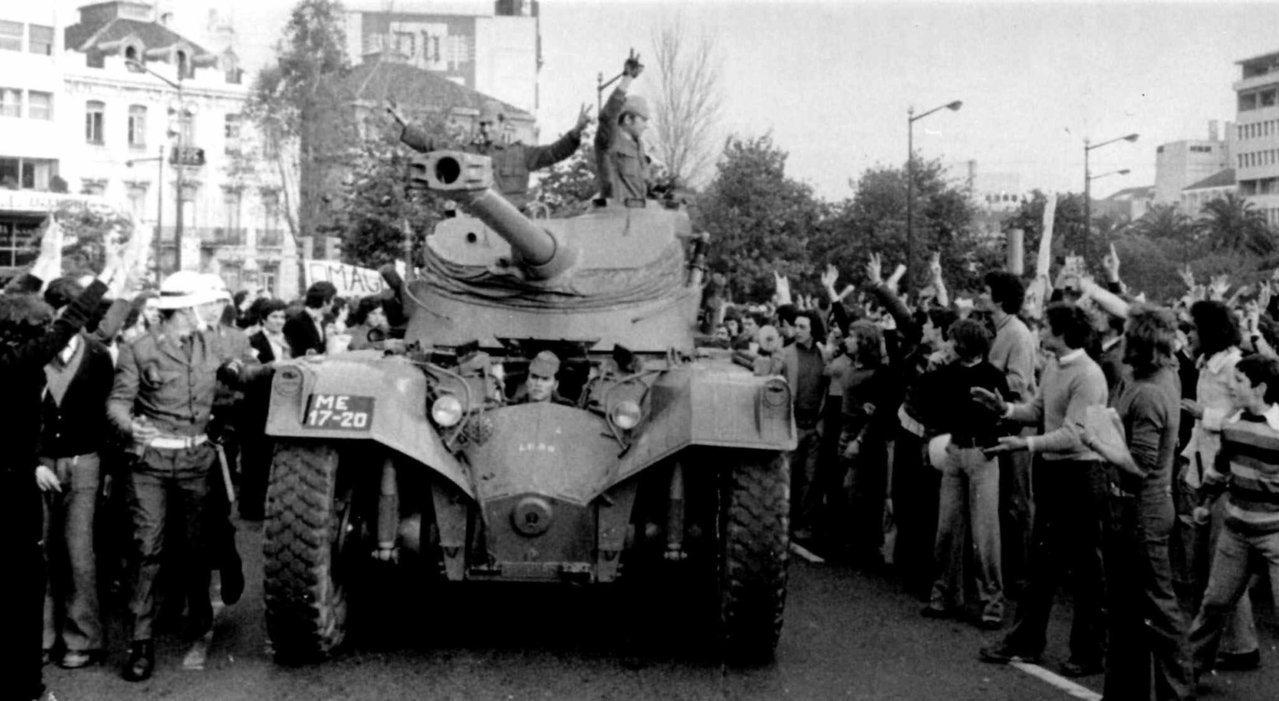 1974年葡萄牙軍人成功政變,民眾上街慶祝。 (美聯社)