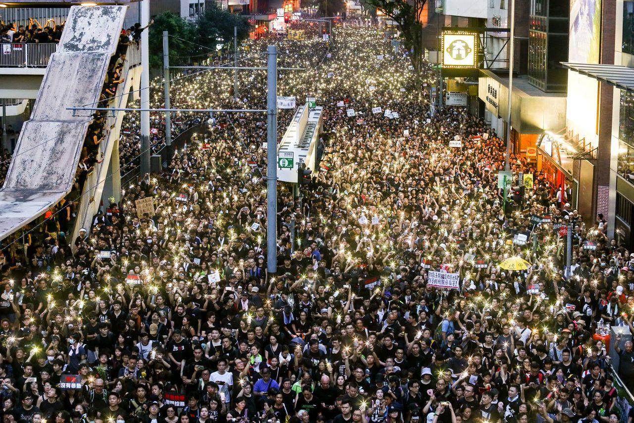 中共高層日前定性香港反送中為「顏色革命」,官媒批黑衣示威者製造禍亂。 特派記者王...