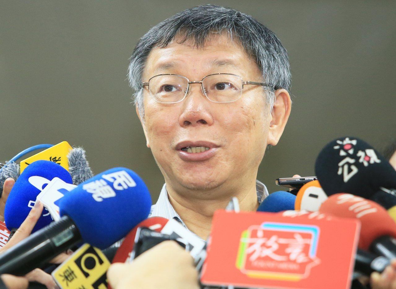 台北市長柯文哲接受媒體訪問回應時事,對於郭柯王是否會面不願表態。 記者潘俊宏/攝...