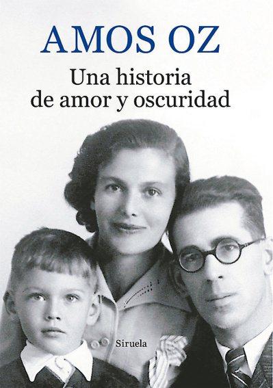 奧茲《愛與黑暗的故事》為自傳體小說,原文書以奧茲及其雙親合照為封面。(圖/本報資...