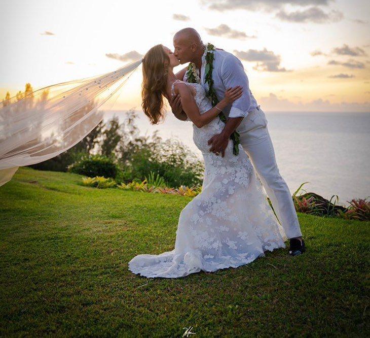 巨石強森宣告與女友蘿倫哈珊結婚。圖/摘自IG
